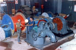 Mamazza Domenico e Leonardi Antonino ristrutturano una vecchia turbina che poi andrà nel museo Enel di Roma. (Turbina eccitatrice per le turbine alternatori della centrale secondo salto, poi sostituita con sistemi moderni)