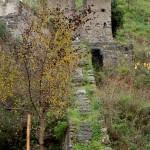 foto-di-archivio-parco-fluviale-dellalcanta-resti-condotta-centrale-idroelettrica-alcantara-1896-visibile-lungo-il-sentiero-le-gurne-alcantara