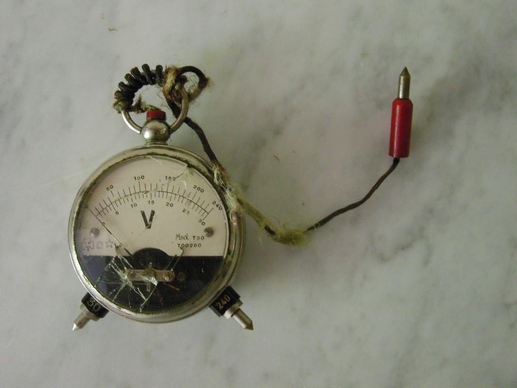 Piccolo voltometro portatile in acciaio anni 50