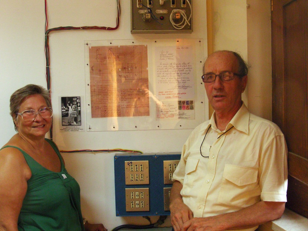 Agosto 2011 / La Sig.ra Anna Schinigoi di Roma, accanto allo schema del papà .Zoom