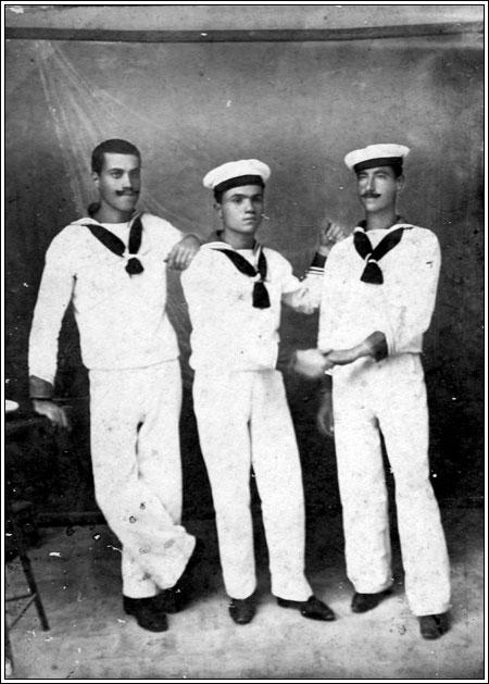 Nonno Gaetano La Fauci al centro, Genova nel 1900, in marina