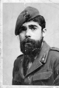 Turi Azzolina 1968 a militare con i suoi fumetti