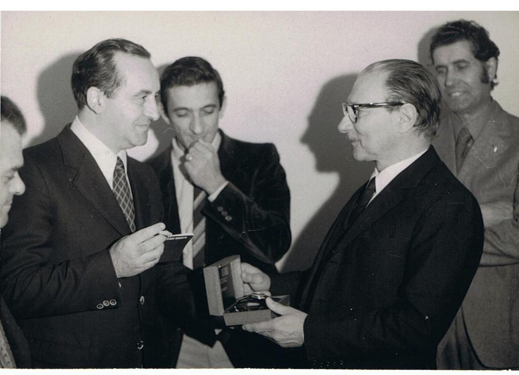 20-1973-dirigente-rai-premia-alla-fine-della-carriera-schinigoi-001
