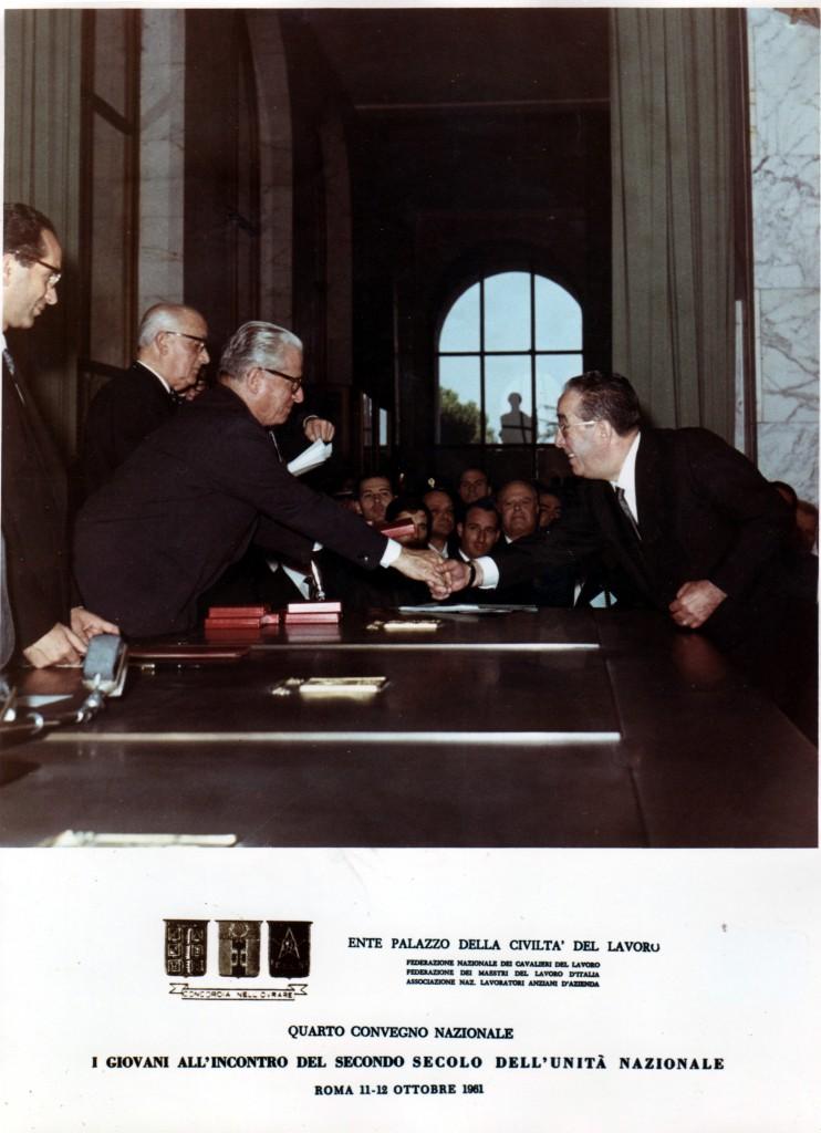 182il-presidente-della-repubblica-g-grronchi-consegna-lattestato-di-cavaliere-del-lavoro1